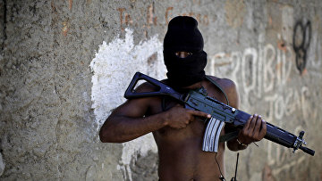 Наркоторговец в переулке трущоб в западной части Рио-де-Жанейро