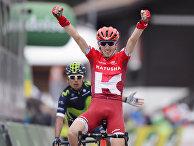 Россиянин Ильнур Закарин празднует победу в конце второго этапа Тур Романдии в Моржен