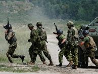 Военные инструкторы из Канады и украинские военнослужащие во время военных учений