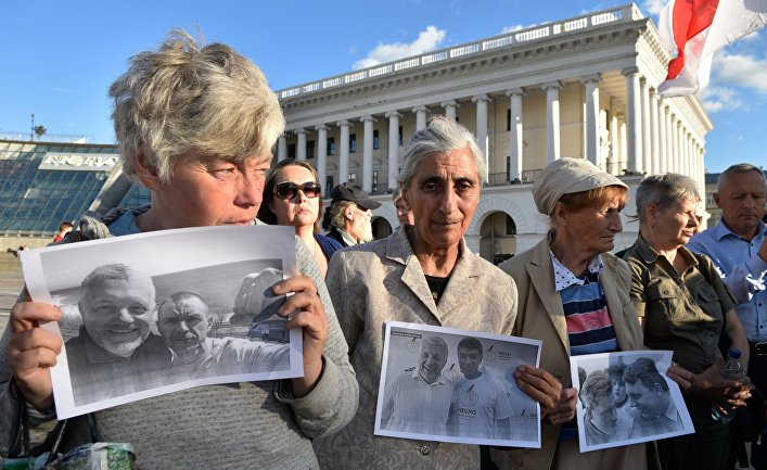 Участники акции памяти журналиста Павла Шеремета в Киеве