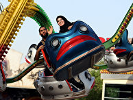Иракцы в парке развлечений во время праздника Курбан-байрам в Багдаде