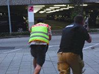 Полицейские в штатском во время операции на автостоянке у торгового центра Olympia в Мюнхене