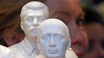 Бюсты Владимира Путина и Иосифа Сталина в сувенирном магазине