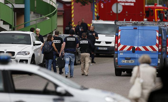 Полицейские и пожарные возле церкви в городке Сент-Этьен-дю-Рувре, Франция