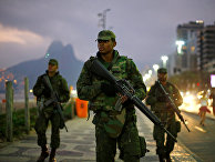 Бразильские солдаты патрулируют пляж в Рио-де-Жанейро