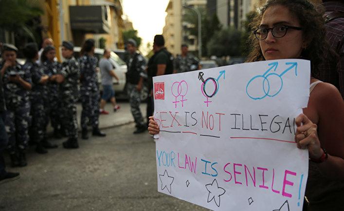 Сторонники ЛГБТ сообщества во время забастовки перед полицейским участком в Бейруте