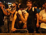 Протестующие во время столкновения с полицейскими на улице близ захваченного в Ереване здания полка патрульно-постовой службы. Армения, июль 2016 года