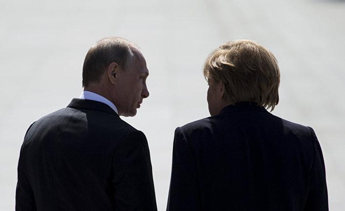 Владимир Путин и Ангела Меркель на церемонии возложения венка к памятнику Неизвестного солдата в Москве