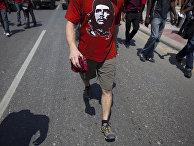 Футболка с изображением революционного героя Кубы Эрнесто Че Гевары на демонстранте