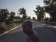 Мужчина на одной из улиц в поселке Веселое Донецкой области