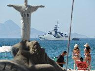 Корабельный дозор патрулирует пляж Капокабана в преддверии Олимпийских игр 2016 года в Рио- де - Жанейро, Бразилия