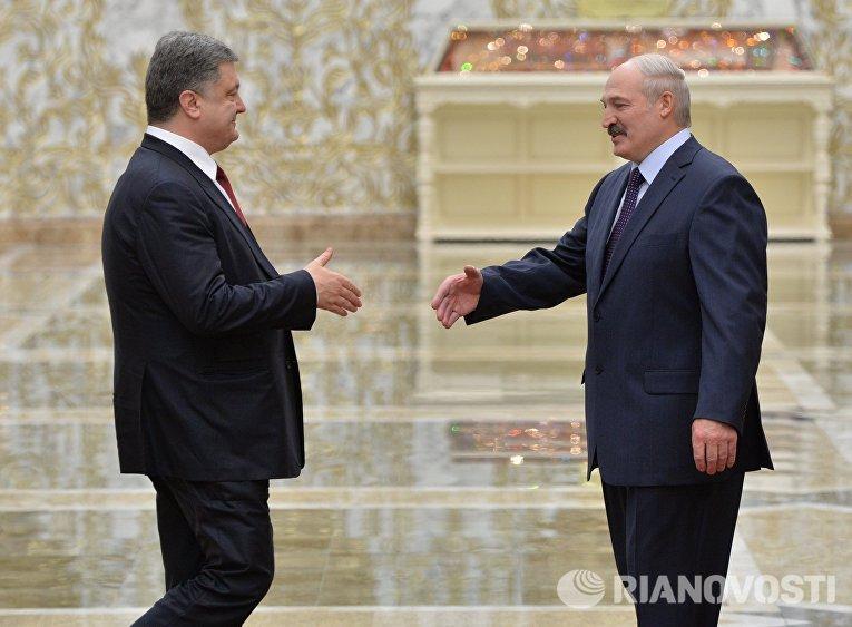 Президент Украины Петр Порошенко и президент Белоруссии Александр Лукашенко во время встречи во Дворце независимости в Минске