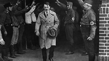 Адольф Гитлер выходит из мюнхенской штаб-квартиры партии