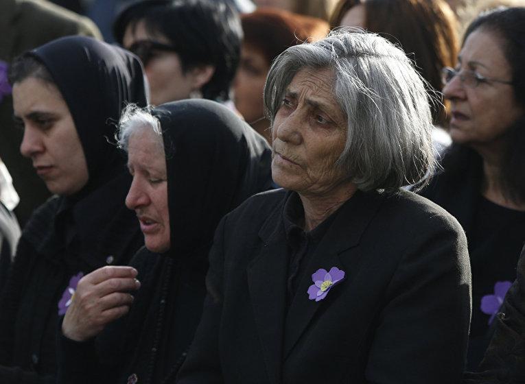 Армяне на службе, посвященной канонизации жертв геноцида 1915 года, в Эчмиадзинском монастыре неподалеку от Еревана