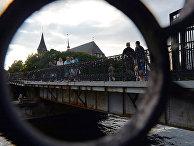 Люди гуляют в районе средневекового готического собора в Калининграде