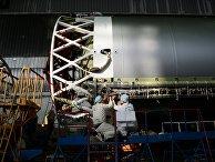 Рабочие в цехе космического научно-производственного центра имени Хруничева