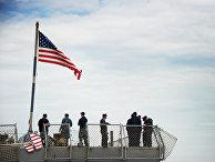 Моряки на корме американского эсминца класса «Арли Берк»