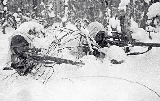 Красноармейцы-снайперы в засаде во время советско-финляндской войны 1939 - 1940 годов