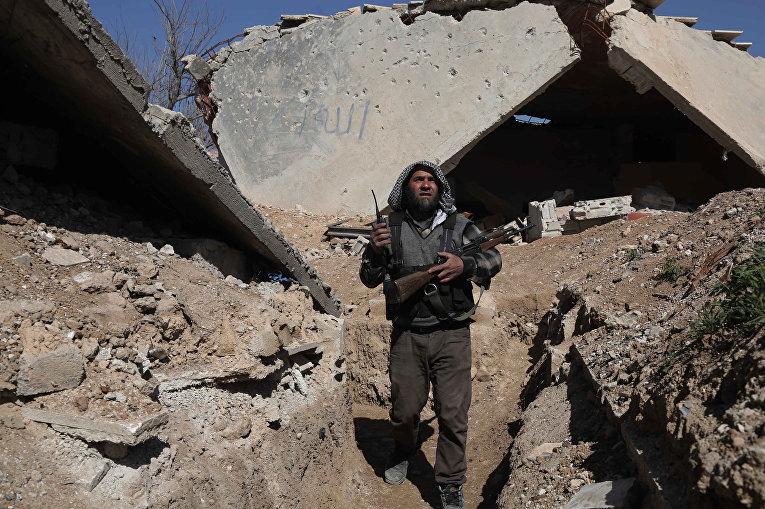 Сирийский повстанец из группировки «Файлак-ар-Рахман» в окрестностях Дамаска