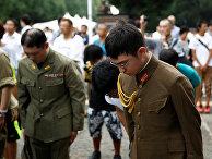 Японцы в форме Второй мировой войны во время минуты молчания в храме Ясукуни на церемонии, посвященной годовщине капитуляции