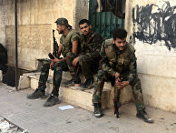 Бойцы сирийской армии во время наступления в районе училища тыла на юго-западе Алеппо в Сирии
