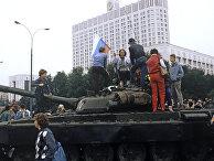 Москвичи собрались у здания Верховного Совета РСФСР