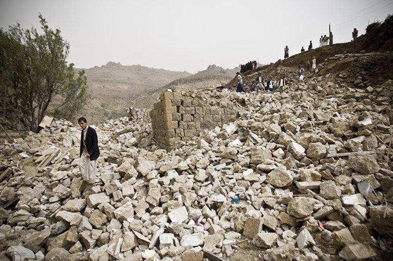 Руины зданий в Сане, разрушенных во время авиаударов коалиции во главе с Саудовской Аравией