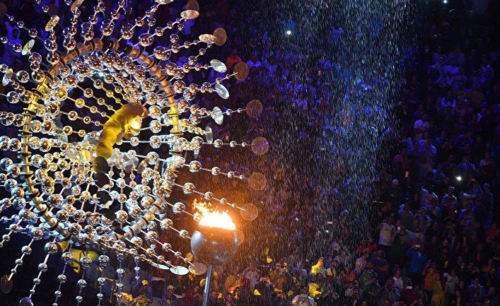 Чаша Олимпийского огня на церемонии закрытия XXXI летних Олимпийских игр