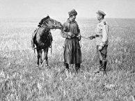 Советский солдат разговаривает с бойцом Монгольской Народно-революционной армии в пустыне Гоби.