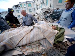 Спасатели эвакуируют пострадавших от землетрясения в итальянском Аматриче. 24 августа 2016