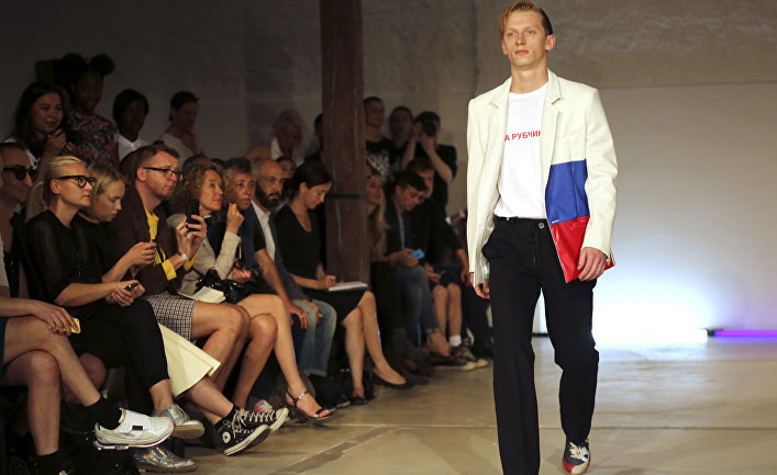 Весенне-летняя коллекция российского дизайнера Гоши Рубчинского в Париже