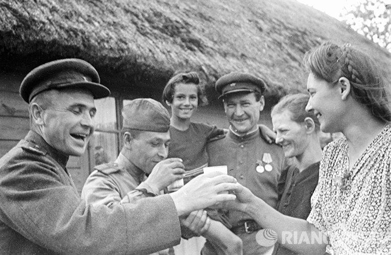 Жительницы польской деревни встречают советских воинов-освободителей