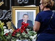 Цветы у посольства Узбекистана в Москве, в связи с кончиной президента республики Ислама Каримова
