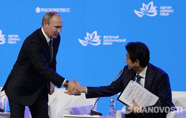 Владимир Путин и Синдзо Абэ на пленарном заседании «Открывая Дальний Восток» в рамках Восточного экономического форума