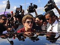 Экс-президент Бразилии Дилма Роуссефф покидает дворец Алворада, официальную резиденцию главы государства