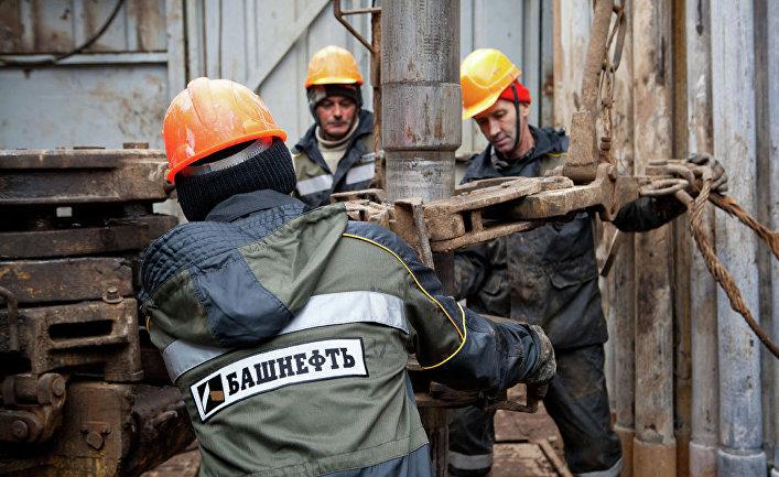 Добыча нефти работниками компании «Башнефть»