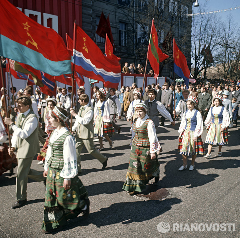 Студенты в национальных костюмах на демонстрации