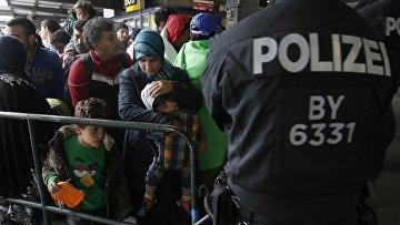Беженцы с Ближнего Востока на железнодорожном вокзале в Мюнхене