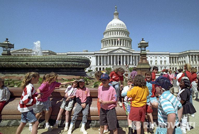 Дети на площади у здания Капитолия