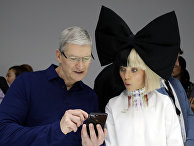 Певица Sia и Тим Кук на презентации нового iPhone 7 в Сан-Франциско