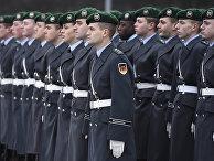 Солдаты почетного караула во время приветственной церемонии в Министерстве обороны в Берлине