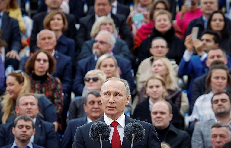 Президент России Владимир Путин выступает во время празднования Дня города в Москве
