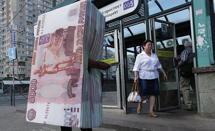 Человек в костюме пачки пятирублевых банкнот раздает флаеры у выхода из метро в Санкт-Петербурге