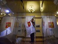 Моряк черноморского флота на избирательном участке во время парламентских выборов в Севастополе
