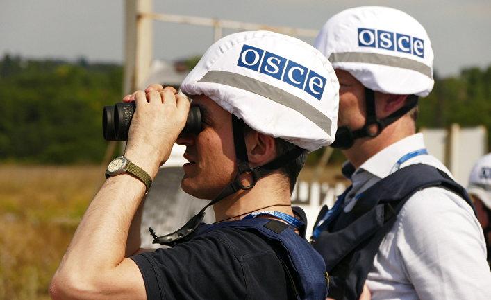 Представители инспекции ОБСЕ осматривают территорию Донецкой фильтровальной станции после обстрела
