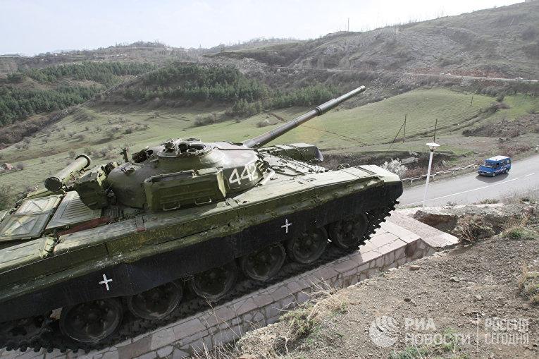 Памятник в виде танка, расположенный на автотрассе между городами Степанакерт и Шуша