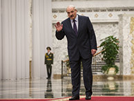 Александр Лукашенко разговаривает с журналистами перед началом саммита в Минске