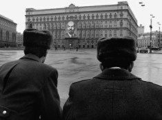 Милиция перед зданием КГБ на Лубянской полощади в Москве.