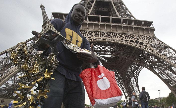 Нелегальный торговец возле Эйфелевой башни в Париже