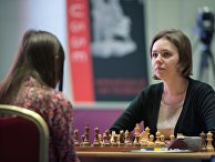 Украинка Мария Музычук (справа) и россиянка Наталья Погонина в финальном матче чемпионата мира по шахматам среди женщин в Сочи